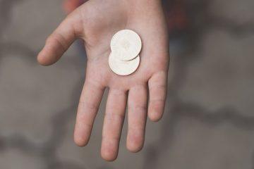 dziecko z monetą