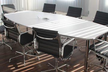 pusty stół i krzesła