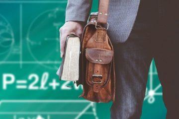 nauczyciel z tablicą w tle