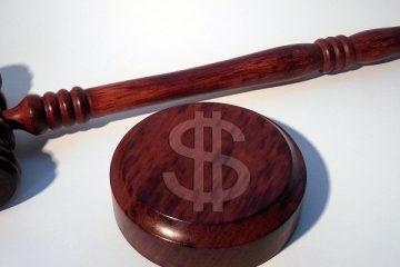 młotek sędziego i dolar